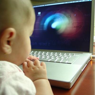 パソコンで動画を見てる子供