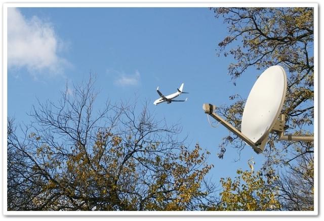 パラボラアンテナと飛行機