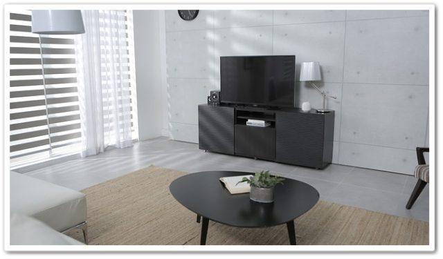 広いリビングと大きなテレビ
